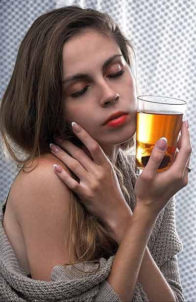 vrouw drinkt groene thee