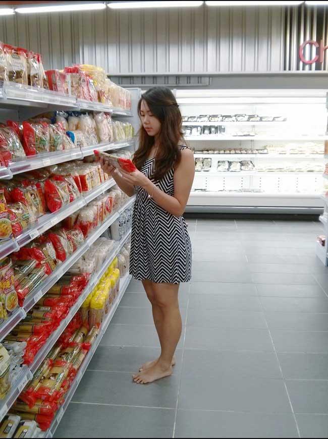 meisje in supermarkt